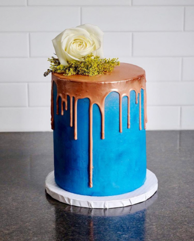 How do I get sharp frosting edges on a cake?