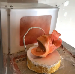 How to airbrush a cake?